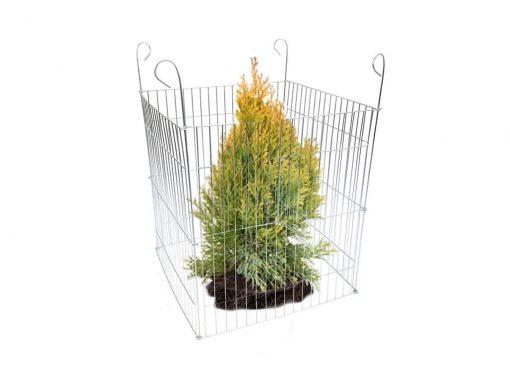 płotek, siatka, ogrodzenie zabezpieczające drzewka, krzewy, iglaki i kwiaty w ogrodzie